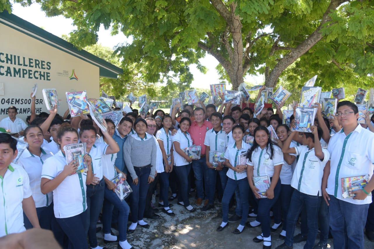 Alcalde Óscar Rosas entregó útiles escolares a estudiantes del Cobacam Isla Aguada