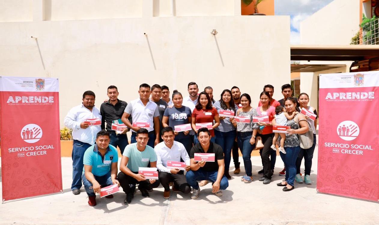 Christian Castro Bello, entregó becas de Servicio Social para Crecer del Programa APRENDE.