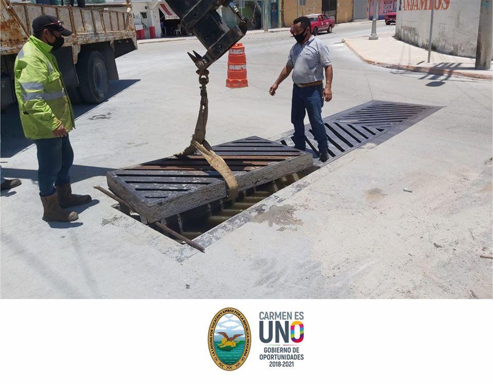 Se Realiza limpieza y mantenimiento de rejillas de drenajes pluviales.