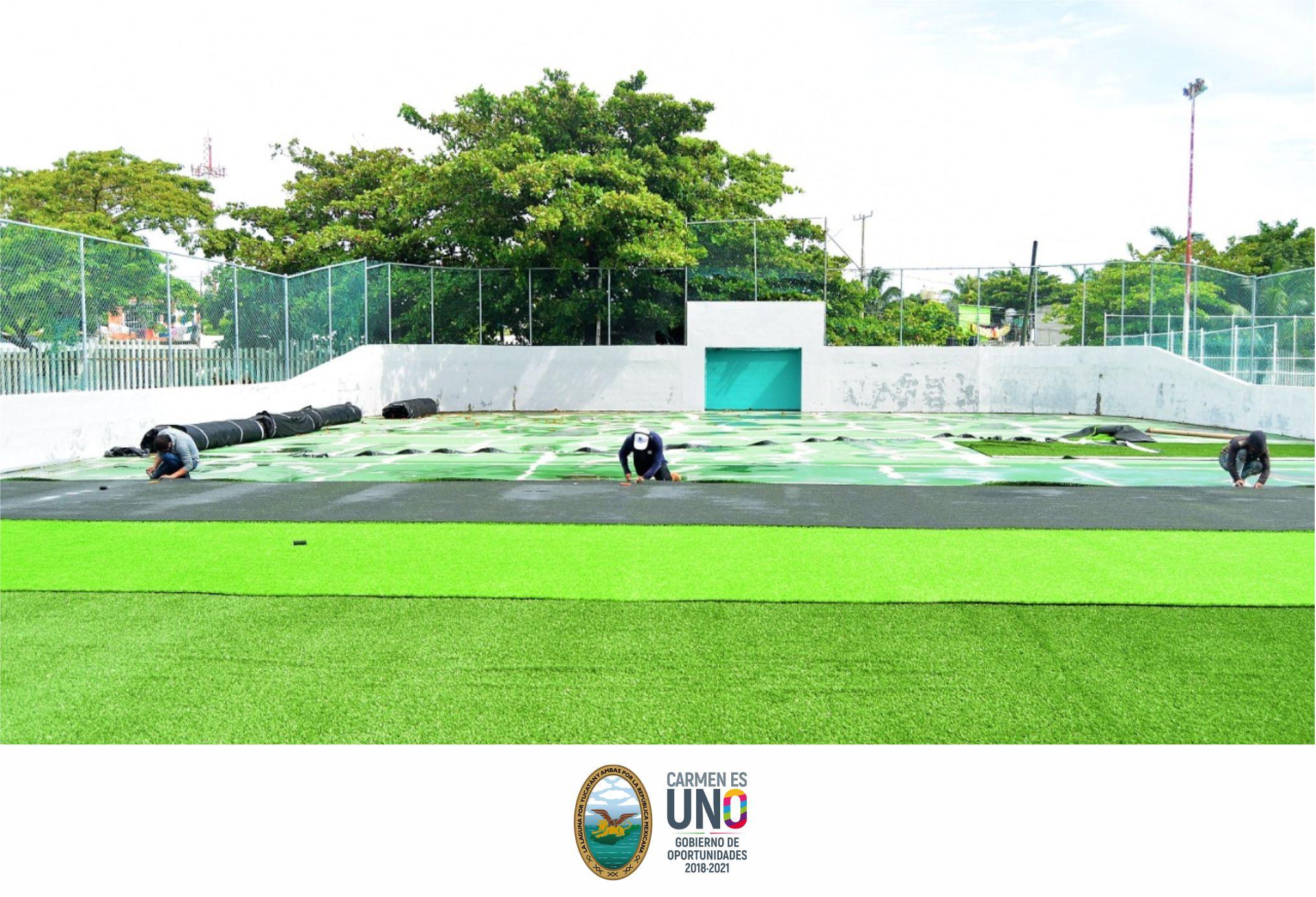 Iniciaron los trabajos de instalación de pasto sintético de la cancha de fútbol rápido en la Unidad Deportiva 20 de Noviembre